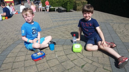 Picknicken op de speelplaats 20180420_120422-medium.jpg