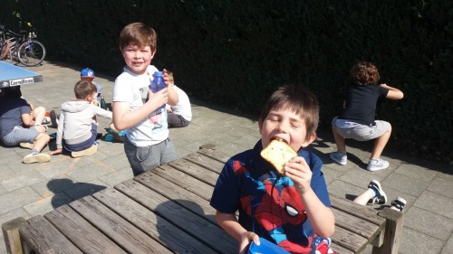 Picknicken op de speelplaats 20180420_120517-medium.jpg